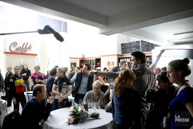 Dans une ambiance de café belge, on s'apprête... (Photo Marco Campanozzi, La Presse)