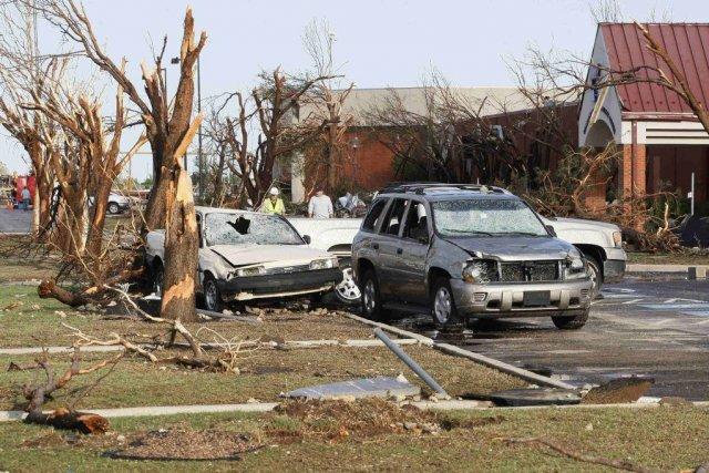 Selon les médias locaux, cinq tornades ont frappé... (Photo BILL WAUGH, REUTERS)