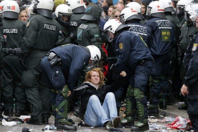 Un manifestant est arrêté par la police à... (PHOTO MICHAEL PROBST)