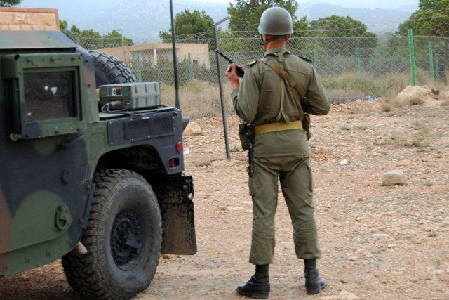 Un soldat tunisien devant le mont Chaambi.... (PHOTO ABDERRAZEK KHLIFI, AFP)