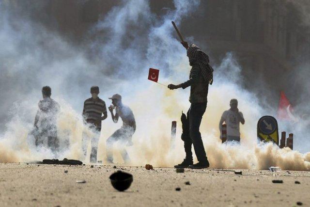 Des dizaines de manifestants ont été blessés au... (PHOTO AP)