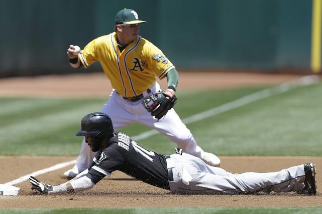 Alexei Ramirez glisse devant le joueur de troisième... (Photo Ben Margot, AP)