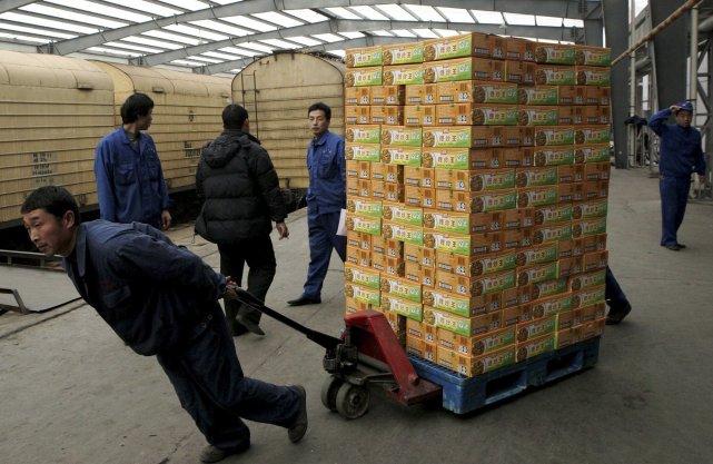 La production manufacturière en Chine s'est contractée en janvier pour la... (PHOTO AP)
