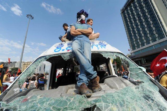 Au troisième jour de leur mouvement, les manifestants... (PHOTO BULENT KILIC, AFP)