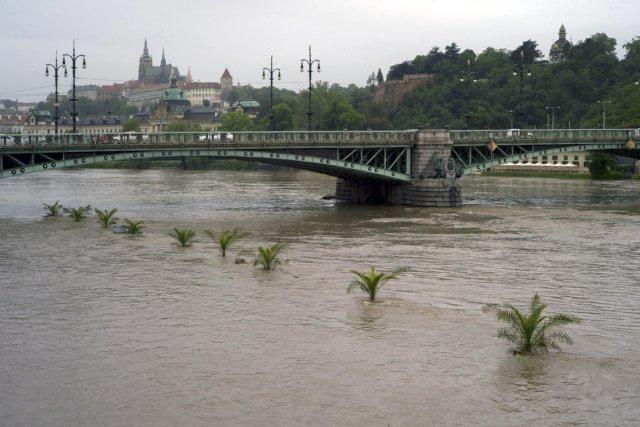 La rivière Vltava, à Prague, est bien au-dessus... (Photo Michal Cizek, AFP)
