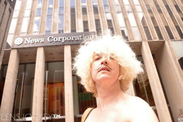 Holly Van Voast,artiste haute en couleur, cheveux platine... (PHOTO TIRÉE DE LA PAGE FACEBOOK D'HOLLY VAN VOAST)