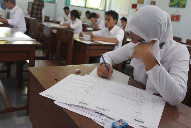 Chaque année, des millions d'étudiants indonésiens de 17-18... (Photo Aman Rochman, AFP)
