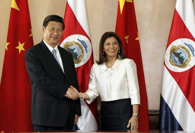 Le président chinois Xi Jinping, qui arrivait de... (PHOTO JEFFREY ARGUEDAS, AFP)
