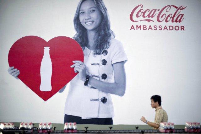 En inaugurant cette usine, Coca-Cola marque ainsi son... (PHOTO YE AUNG THU, AFP)