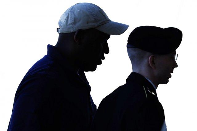 Bradley Manning (à droite) encourt la prison à... (PHOTO GARY CAMERON, REUTERS)
