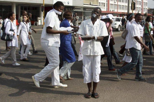 Les manifestants - médecins, infirmières, ambulanciers, personnel de... (PHOTO JINTY JACKSON, AFP)