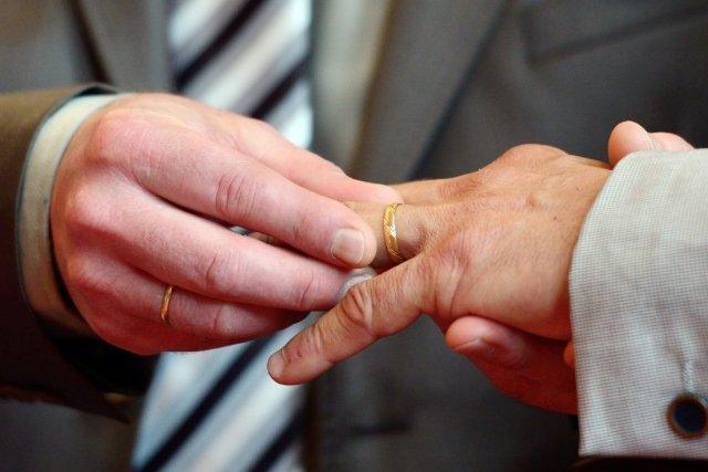 Les couples homosexuels mariés au Canada pourront jouir... (PHOTO AFP)
