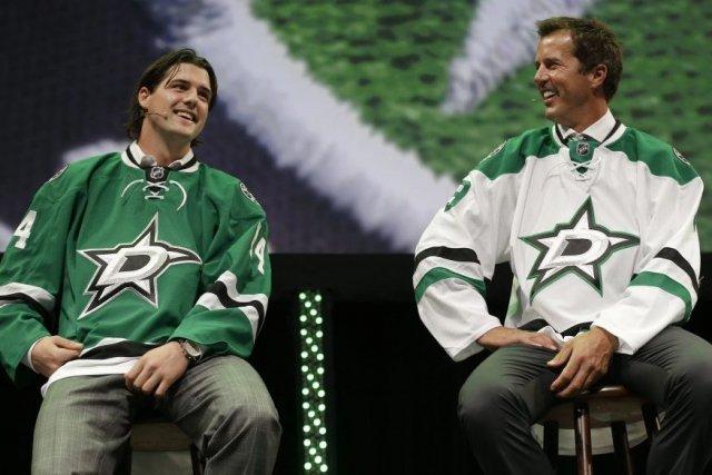 Jamie Benn et Mike Modano porte le nouveau... (Photo LM Otero, Associated Press)