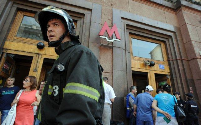 Des dizaines de personnes ont été blessées et des milliers de voyageurs ont dû... (PHOTO YURI KADOBNOV, AFP)