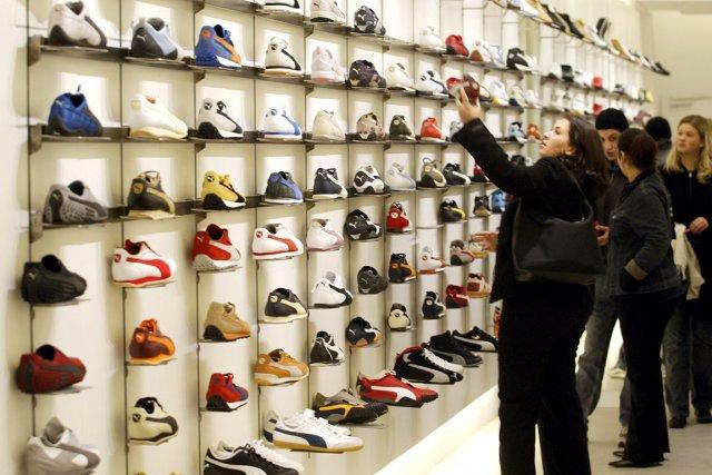 Un étalage de souliers Puma, en Allemange.... (PHOTO THOMAS LOHNES, AFP)