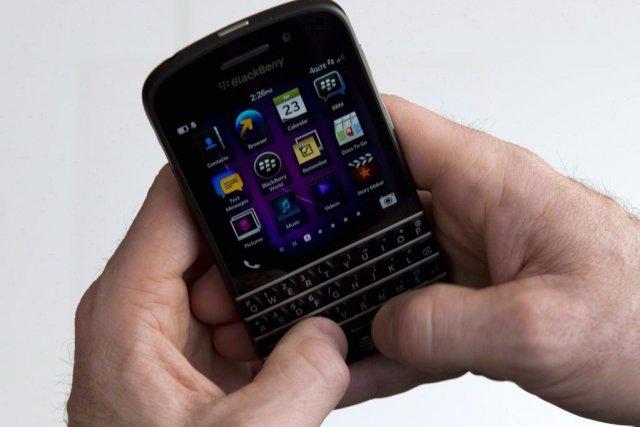 Le téléphone BlackBerry Q10 avec clavier physique est... (Photo Graeme Roy, PC)
