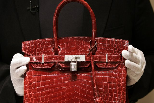 Un sac «Birkin» en crocodile marin rouge vendu... (PHOTO TIMOTHY A. CLARY, AFP)