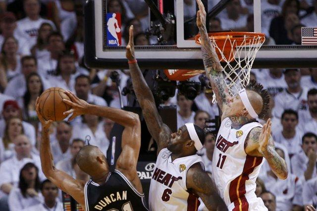 Le joueur des Spurs, Tim Duncan, lors d'un... (PHOTO MIKE SEGAR, REUTERS)