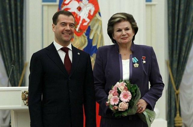 Terechkova recevant l'Ordre de l'amitié par le président... (Photo www.kremlin.ru)