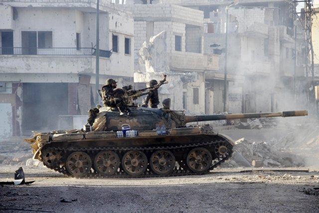 Un char d'assaut de l'armée syrienne patrouille à... (PHOTO AFP/STR)