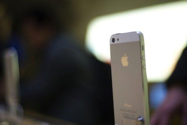 Les détenteurs d'iPhone 4 qui aimeraient passer à la version supérieure à un... (PHOTO MARTIN BUREAU, AFP)