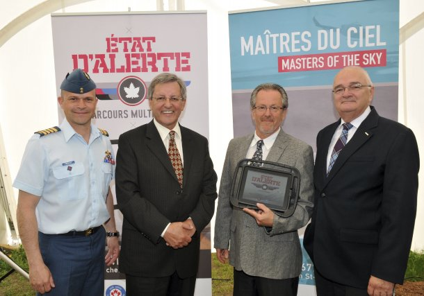 Le commandant Paul Prévost, le maire Jean Tremblay,... (Photo Rocket Lavoie)