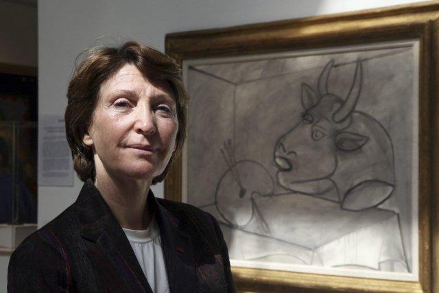 Marina Picasso pose à côté du tableau Palette... (Photo: AFP)