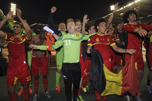 Les joueurs belges célèbrent leur victoire en qualification... (Photo John Thys, Agence France-Presse)