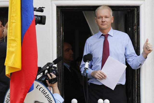 Julian Assange sur le balcon de l'ambassade de... (PHOTO CHRIS HELGREN, REUTERS)