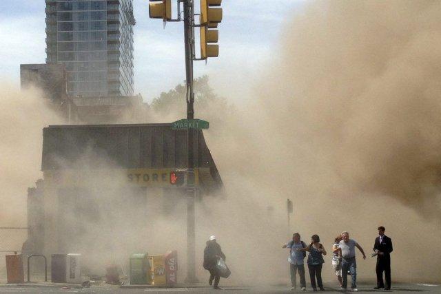 Mercredi dernier, un édifice de quatre étages sur... (Photo Jordan McLaughlin, AP)