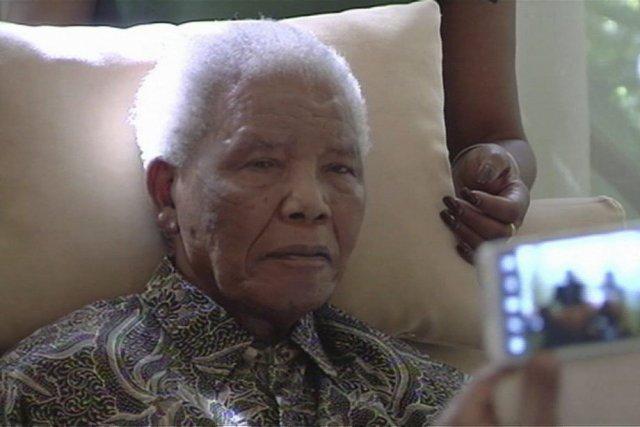 Nelson Mandela apparait dans une photo tirée d'une... (PHOTO AP)