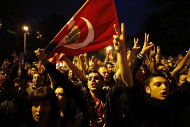 Des manifestants anti-gourvernement lors d'une protestation au centre... (PHOTO UMIT BEKTAS, REUTERS)
