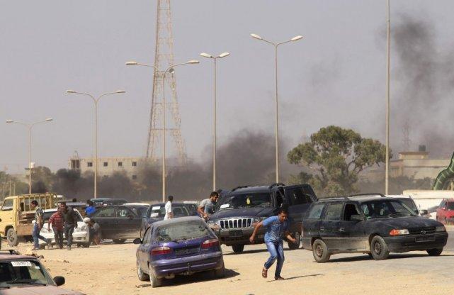 Des manifestants s'enfuient après des affrontements entre une... (PHOTO ESAM OMRAN AL-FETORI, REUTERS)