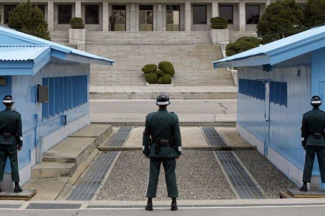 Trois soldats sud-coréens montent la garde devant le... (Photo Lee Jin-man, Associated Press)