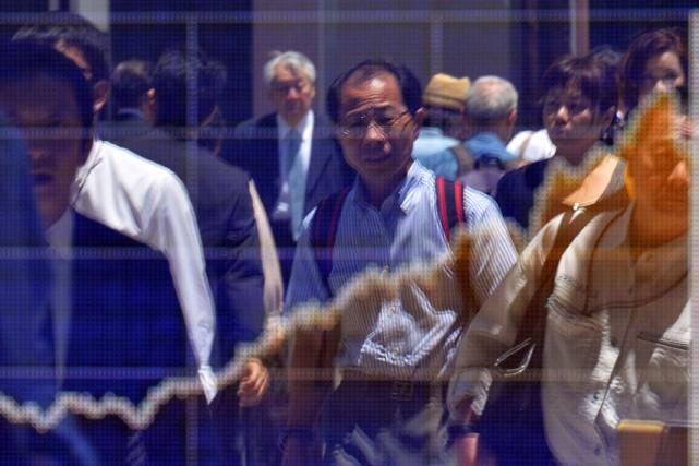 La Banque du Japon a abaissé mercredi sa prévision de croissance pour l'année... (PHOTO YOSHIKAZU TSUNO, AFP)