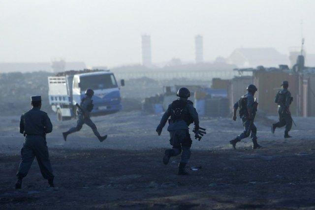 Des policiers afghans se sont rendus sur les... (Photo: Reuters)