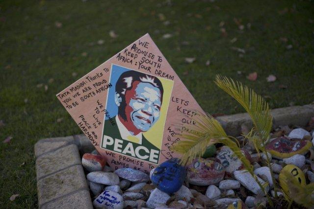 Plusieurs messages ont été déposés près de l'hôpital... (Photo AFP)