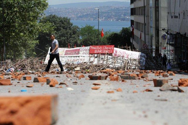 Les manifestants se sont donné rendez-vous pour la... (PHOTO THANASSIS STAVRAKIS, AP)