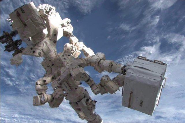 Dextre, le robot canadien rattaché à la Station... (Photo AFP)