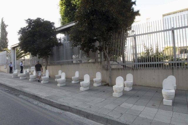 Un artiste chypriote a exposé lundi une vingtaine de toilettes en plâtre devant... (Photo: Reuters)