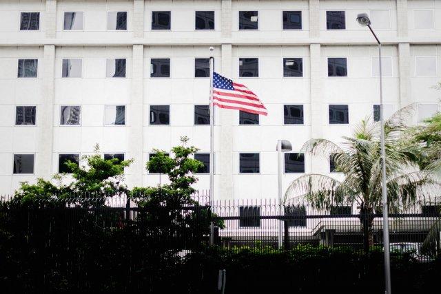 Le Star-Spangled Banner flotte devant le consulat des... (PHOTO PHILIPPE LOPEZ, AFP)