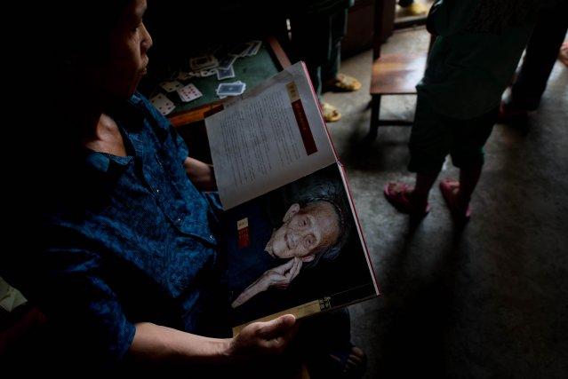 Le petit-fils de la défunte Luo Meizhen en... (Photo Ed Jones, AFP)