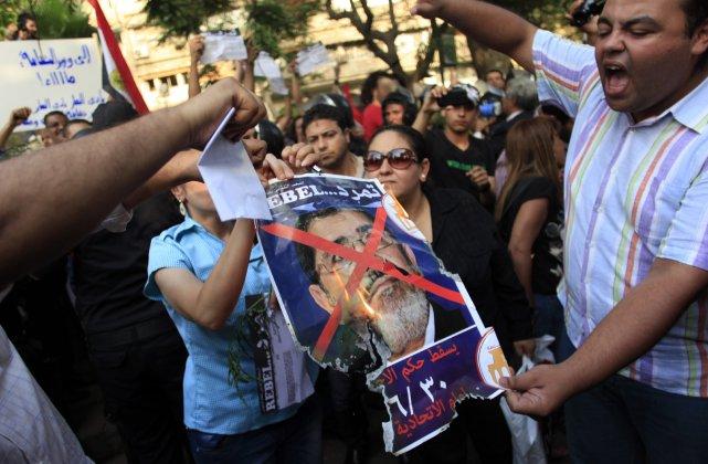 Des dizaines de manifestants islamistes et des militants... (PHOTO KHALIL HAMRA, AP)