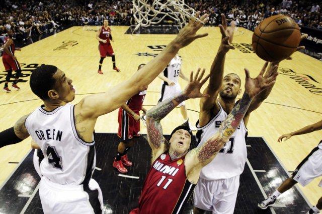 Danny Green a inscrit 27 points, Gary Neal en a ajouté 24 et les Spurs de San... (Photo: Reuters)