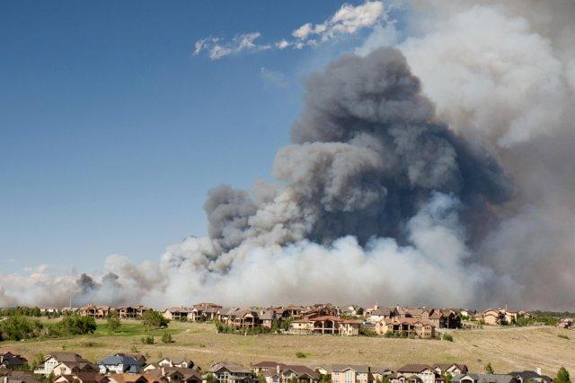 Une large colonne de fumée s'élève de la... (PHOTO LOUIS BATIDES, ARCHIVES REUTERS)