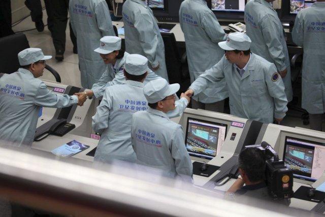 Des techniciens chinois lors du lancement deShenzhou X.... (Photo AFP)