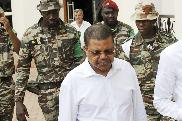 Le premier ministre centrafricain, Nicolas Tiangaye (chemise blanche),... (PHOTO SIA KAMBOU, ARCHIVES AFP)