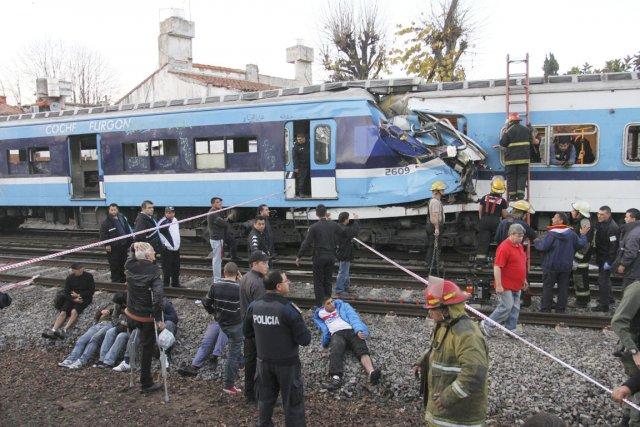 La collision entre un train de voyageurs et... (PHOTO AP)