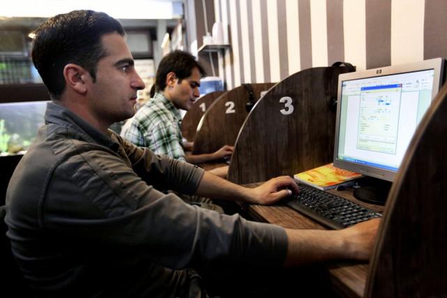 Officiellement bloqués depuis quatre ans, les réseaux sociaux... (PHOTO VAHID SALEMI, ARCHIVES AP)