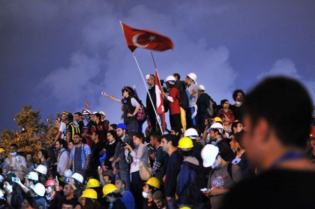 Les manifestants ont afflué sur la place Taksim... (PHOTO OZAN KOSE, AFP)